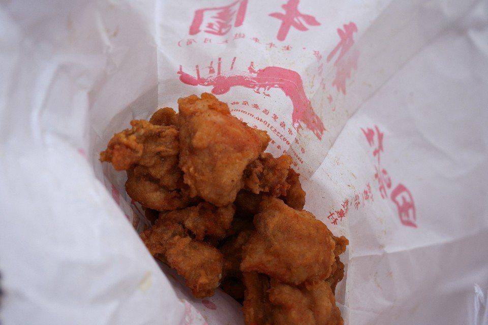 炸雞以秤重計價,想吃多少夾多少,CP值超高。(圖片提供/澤澤稱奇‧小澤)