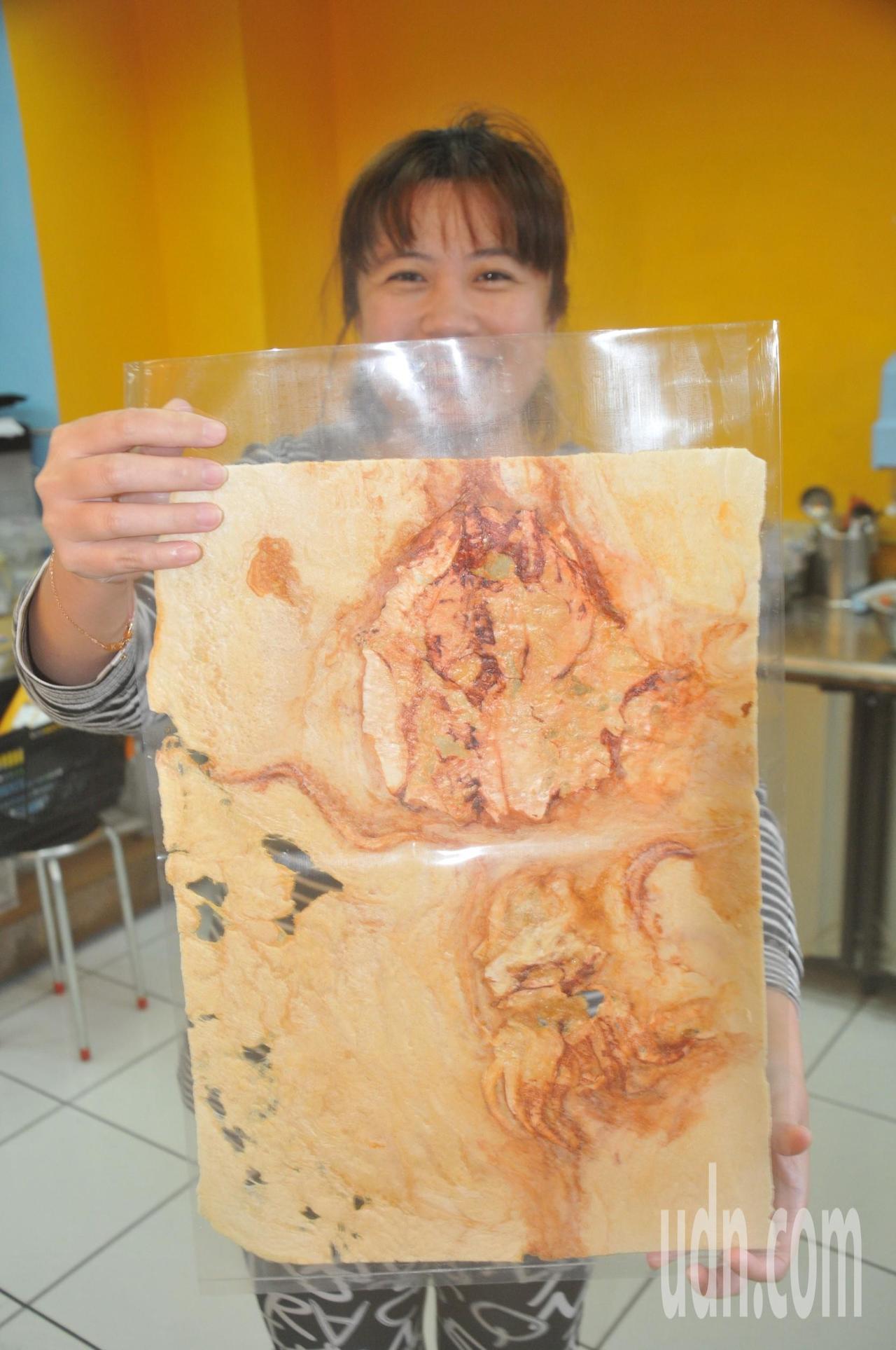 化石燒用200度高温燒製,可看到整隻透抽。記者游明煌/攝影