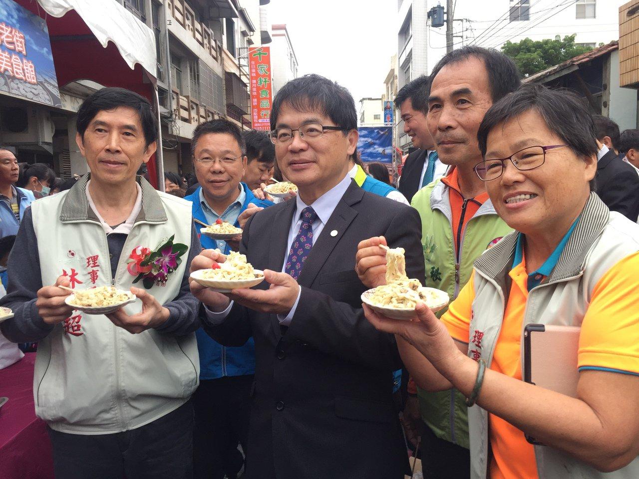 台南市代理市長李孟諺(前排左二)品嘗法式料理的意麵。記者吳政修/攝影
