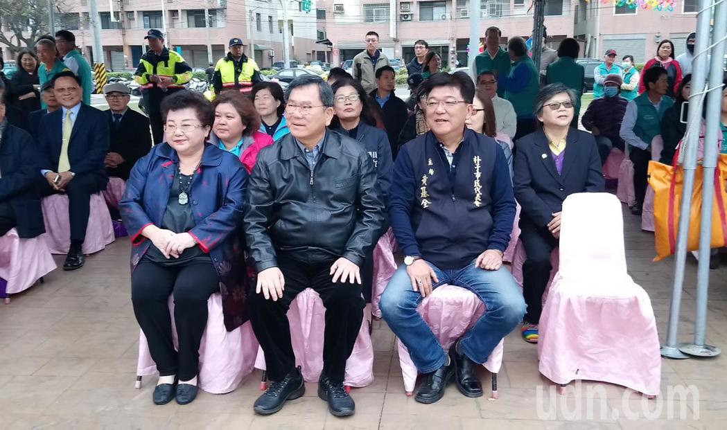 陳明文與朴子市代會主席黃基全,坐在另一區貴賓席。記者卜敏正/攝影