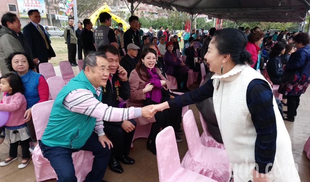 張花冠到場後與來賓握手致意。記者卜敏正/攝影