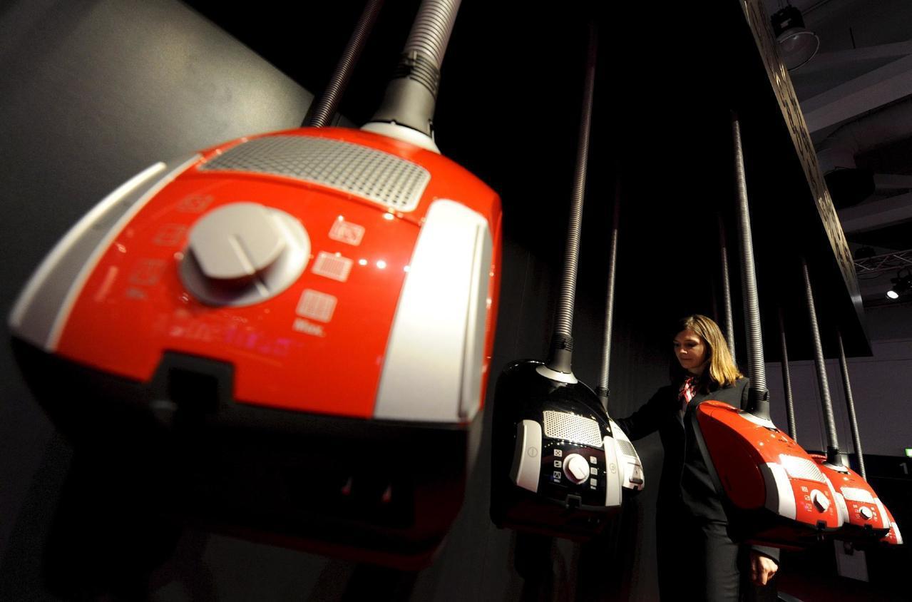 英國廣告將避免助長性別刻板印象,圖為電子展現場展示的吸塵器。歐新社