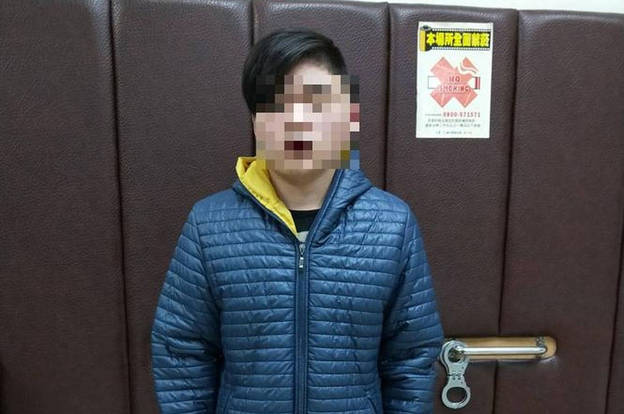 警方逮捕詐欺集團17歲黃姓車手。圖/翻攝畫面