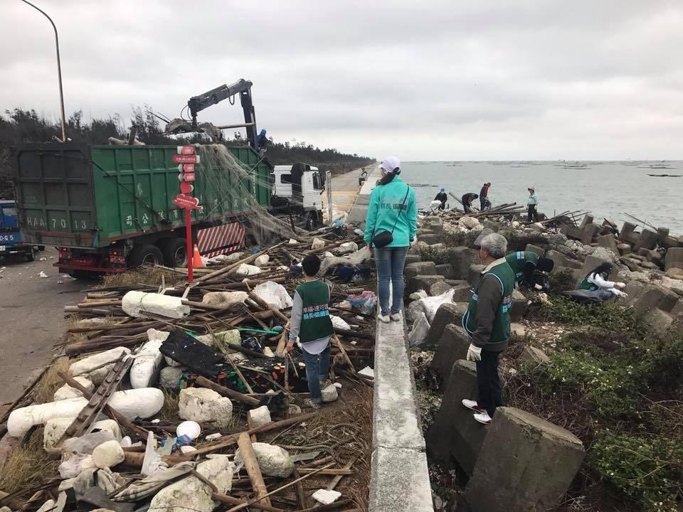 張明達競選團隊,今到布袋遊艇港旁「小確幸海灘」淨灘,共清理出兩大卡車漁業廢棄物。...