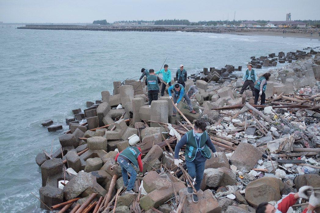 「小確幸海灘」因海風洋流,常飄來廢棄蚵棚、保麗龍與海洋垃圾,累積沙灘上。圖/張明...