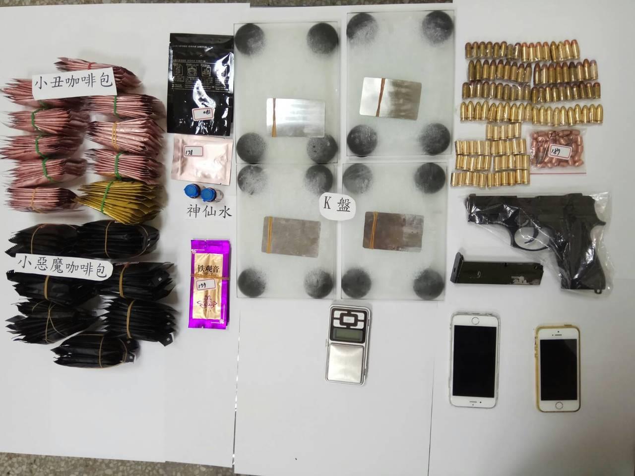花蓮警分局員警從林嫌租處處牆內暗格中,起出大批毒品及改造手槍。圖/花蓮警分局提供