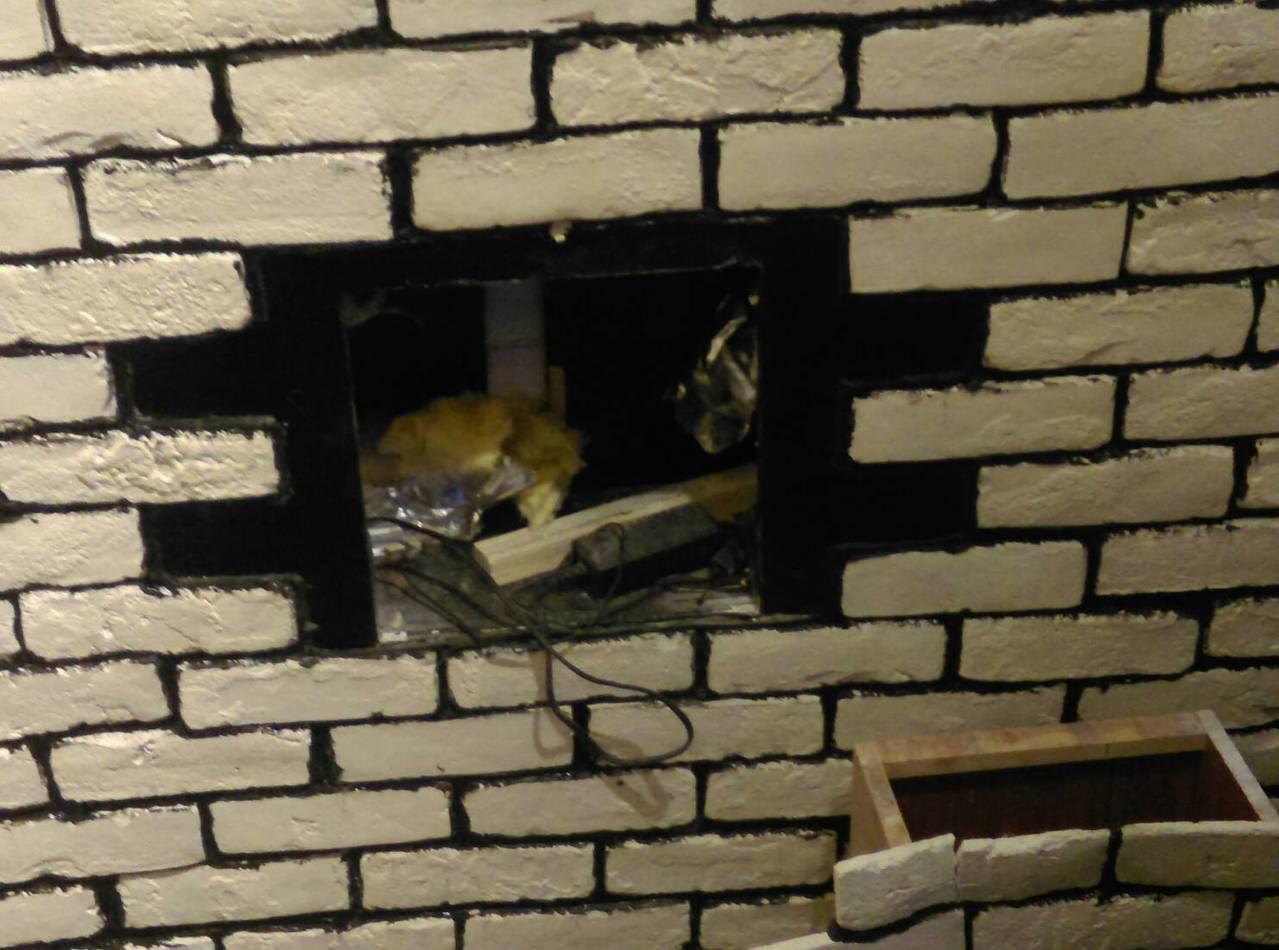 林姓嫌犯在租屋處裝潢牆面設計暗格藏放槍毒,仍被警方鷹眼識破。圖/花蓮警分局提供