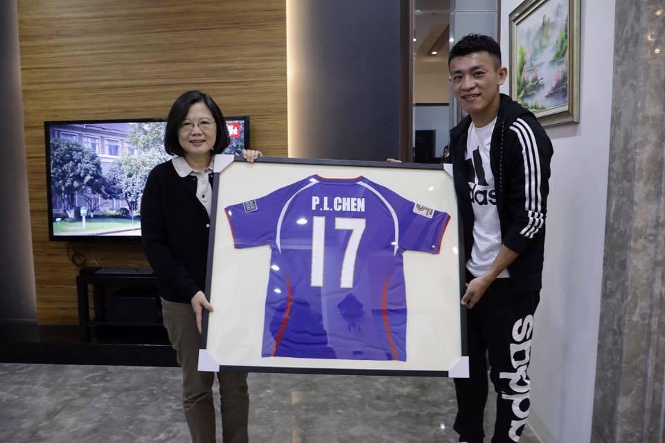 蔡英文總統今天拜訪台灣足球隊長陳柏良,大讚他是最好的台灣隊長,並預祝明年3月對新...