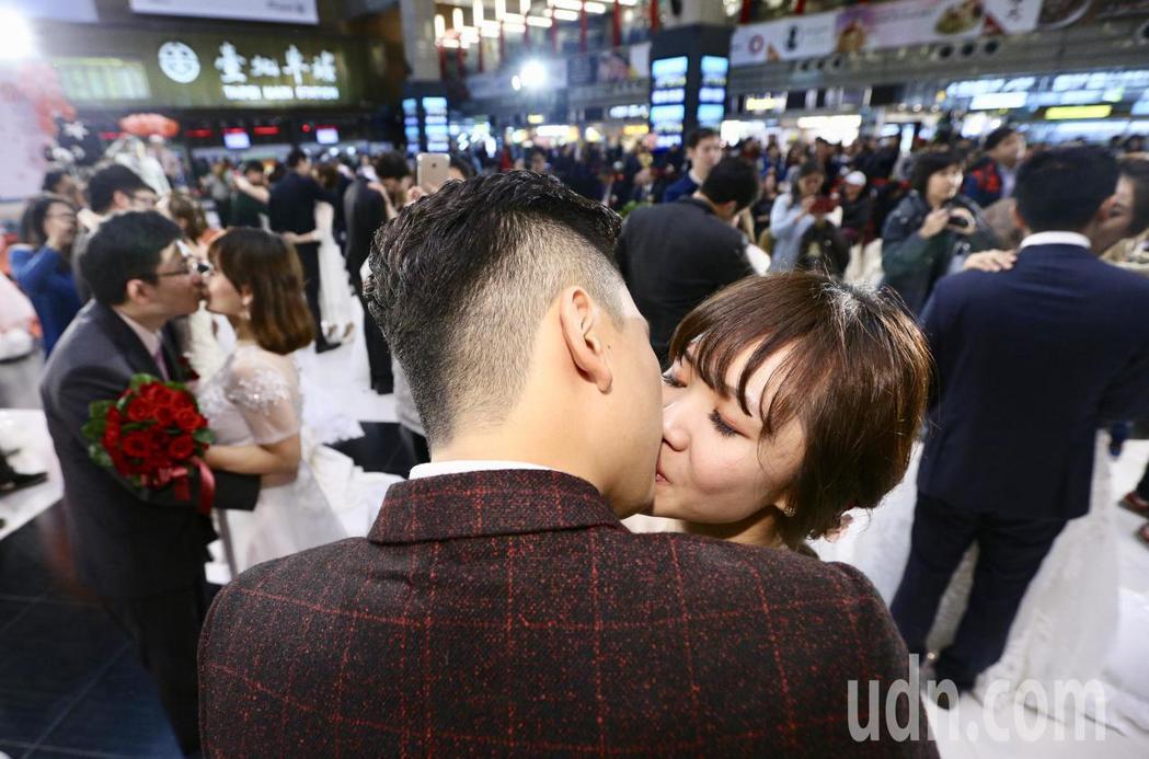 台鐵局職工福利委員會下午在台北車站大廳,舉辦「106年集團結婚典禮」,有31對佳...