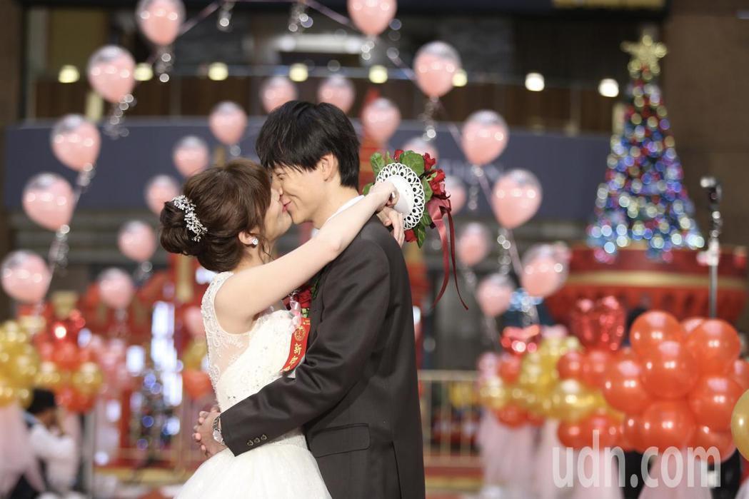 台鐵局職工福利委員會下午在台北車站大廳,舉辦「106年集團結婚典禮」,新人進場。...