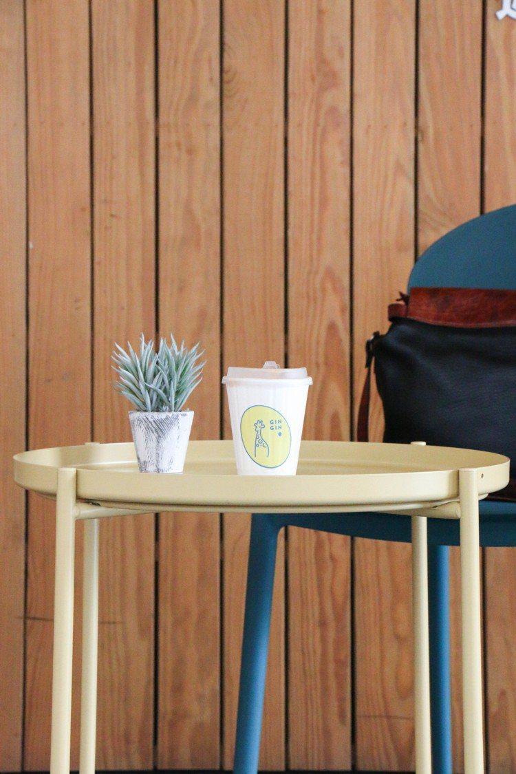 雖然是外帶吧,但一旁有簡單的桌椅可讓來客、上班族稍事休息。圖/謝欣倫攝影