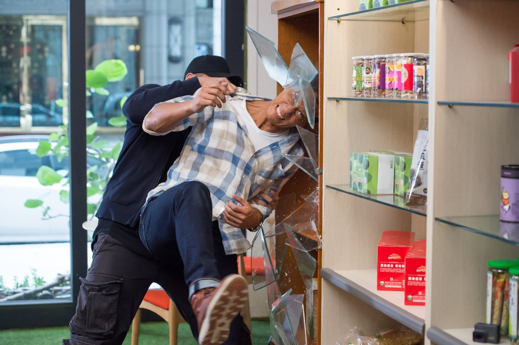 鍾承翰(右)拍戲用頭撞玻璃  圖/三立提供