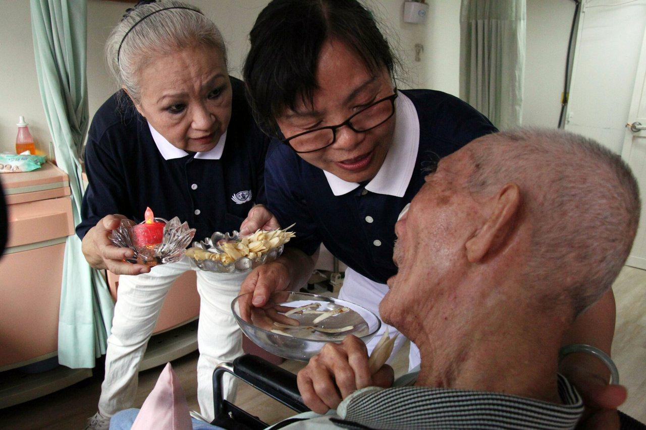 慈濟志工葉秀滿(中)與外婆感情好,然而外婆逝世讓她一度走不出心中悲痛,接觸慈濟基...