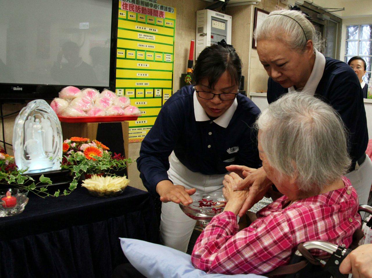 慈濟志工葉秀滿(左一)與外婆感情好,然而外婆逝世讓她一度走不出心中悲痛,接觸慈濟...