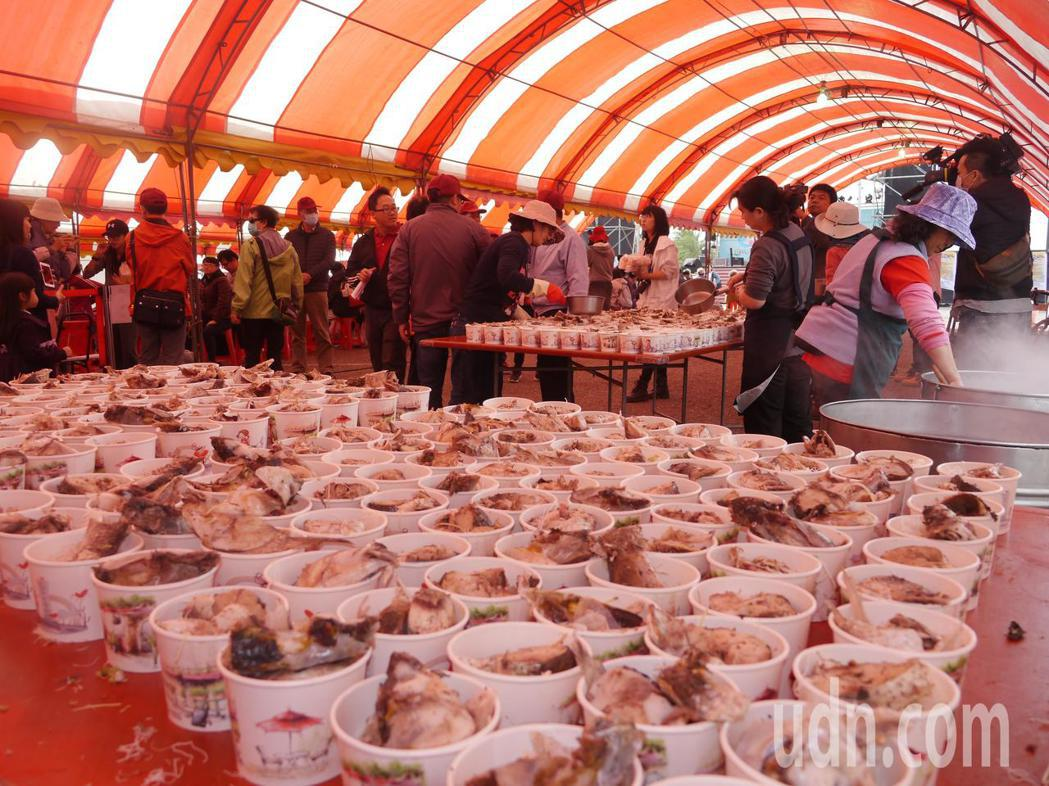 「烏魚海鮮美食節」提供400碗烏魚米粉招待遊客,炒熱現場氣氛。記者徐白櫻/攝影