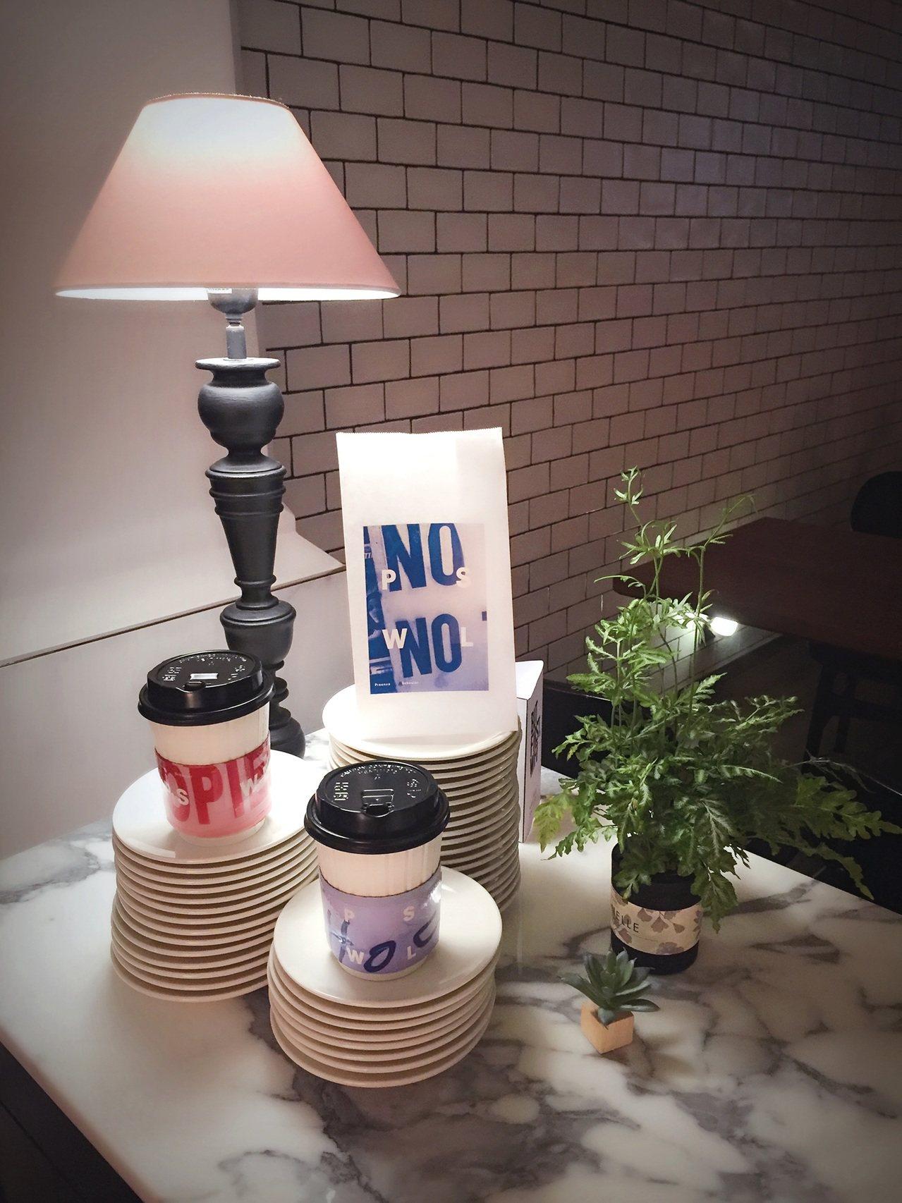 PSWL系列和Angel Cafe推出限量咖啡外帶杯套及紙袋。圖/Proenza...