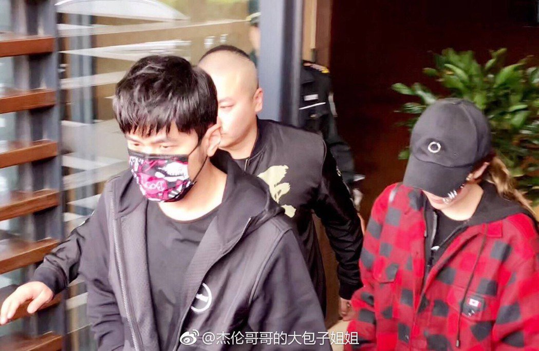 周杰倫16日到上海參加第11屆音樂盛典咪咕匯頒獎典禮,老婆昆凌愛相隨一起跟去。圖