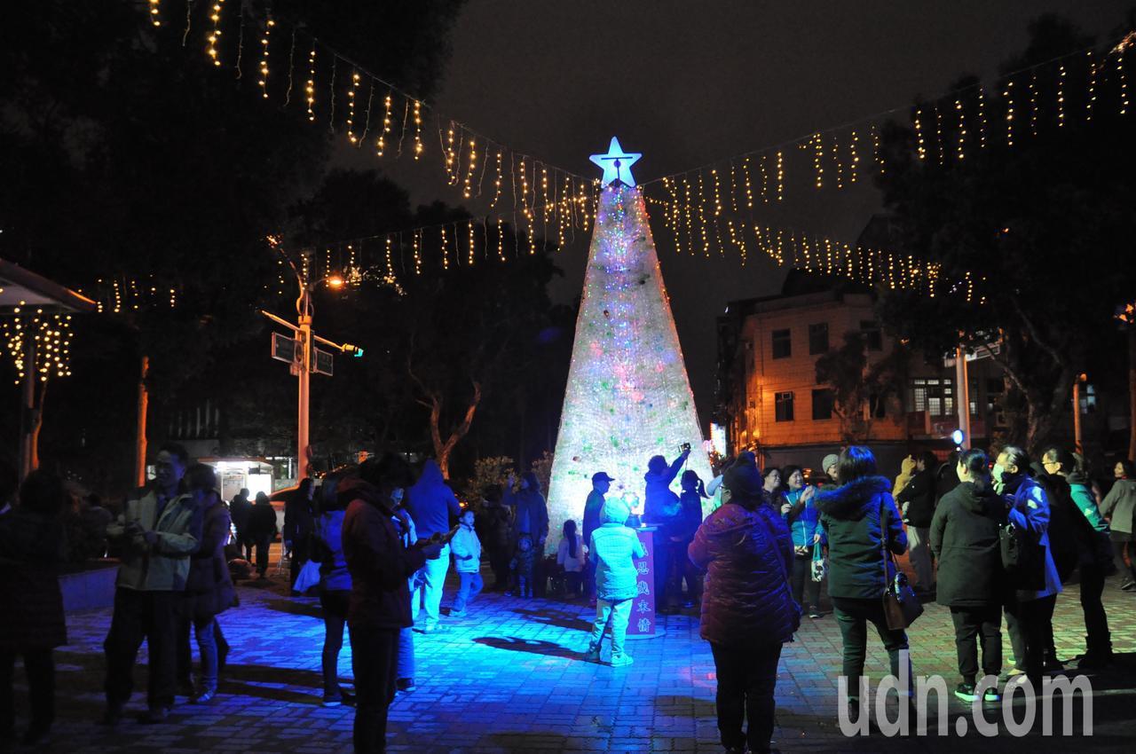 桃園市成功國小在校門口打造一座6公尺高的耶誕樹,全用寶特瓶堆疊而成,今晚亮燈。記...