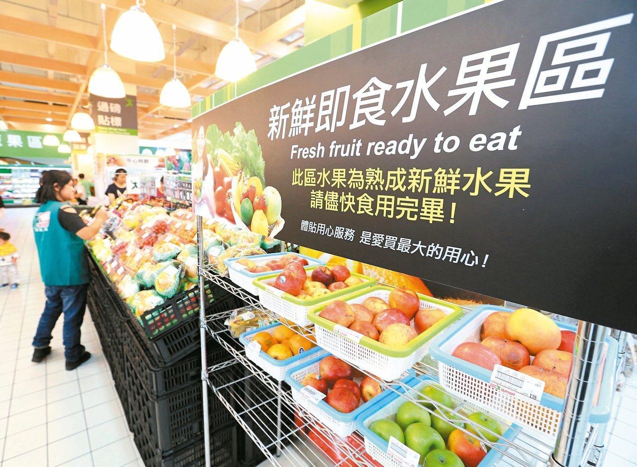 賣場規劃即期品專區供民眾選購,減少食品報廢量。記者林澔一/攝影