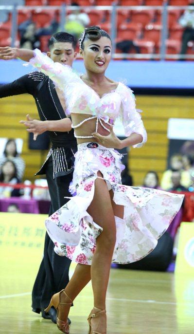 林詠鉦(後)與林沛臻在成人A組拉丁舞與21歲以下青年A組標準舞摘金。圖/中華運動...