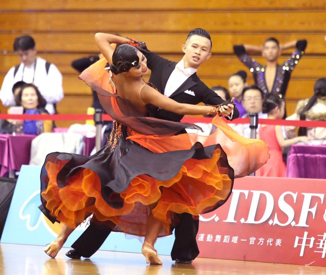 林廷駿(右)與陳怡安在成人A組標準舞與青年A組標準舞摘金。圖/中華運動舞蹈總會提...