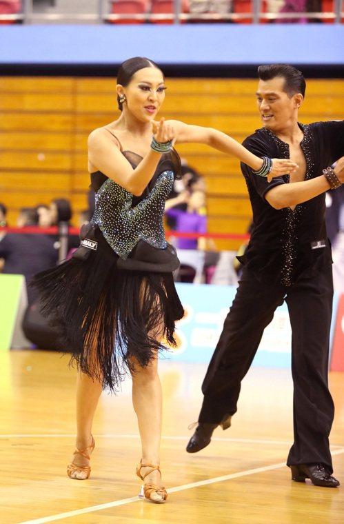 彭彥鳴(右)與紀杏錡在職業A組拉丁舞摘金。圖/中華運動舞蹈總會提供