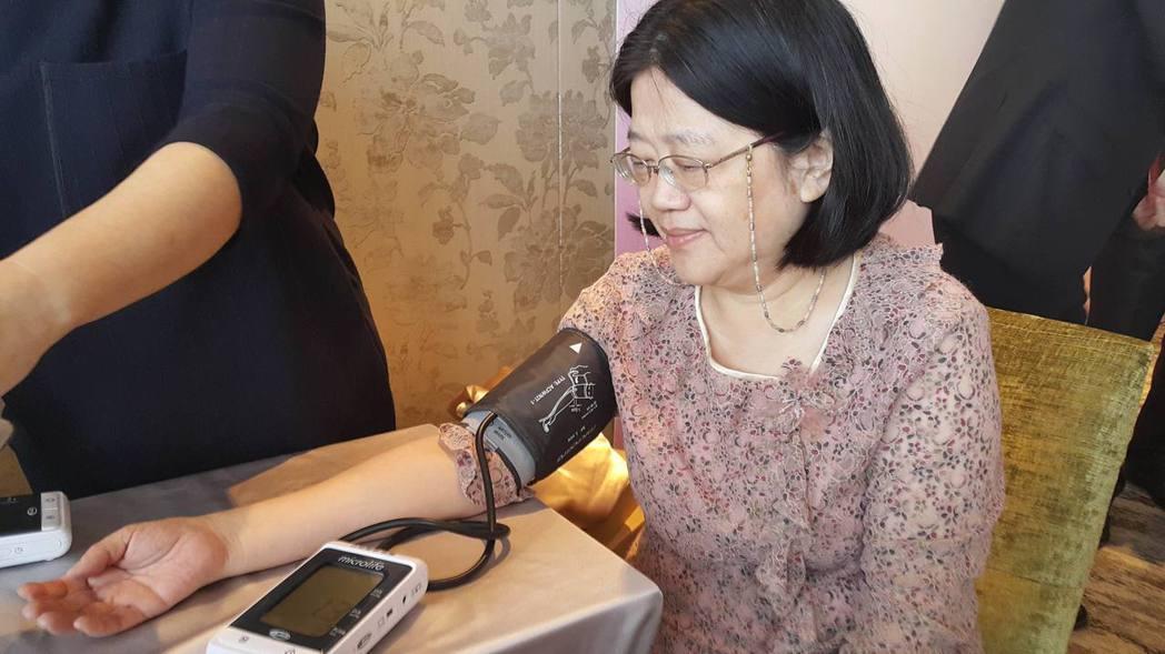 測量血壓。 記者魏忻忻/攝影