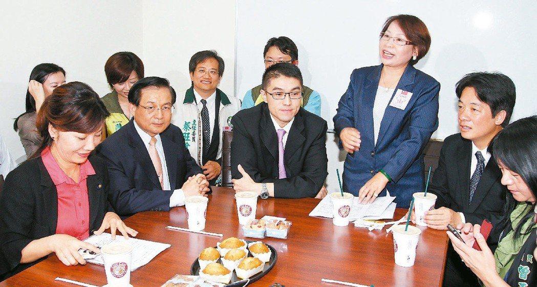 台南市長賴清德(右二)等人,2012年6月到立院拜會國民黨書記長謝國樑(中)等人...