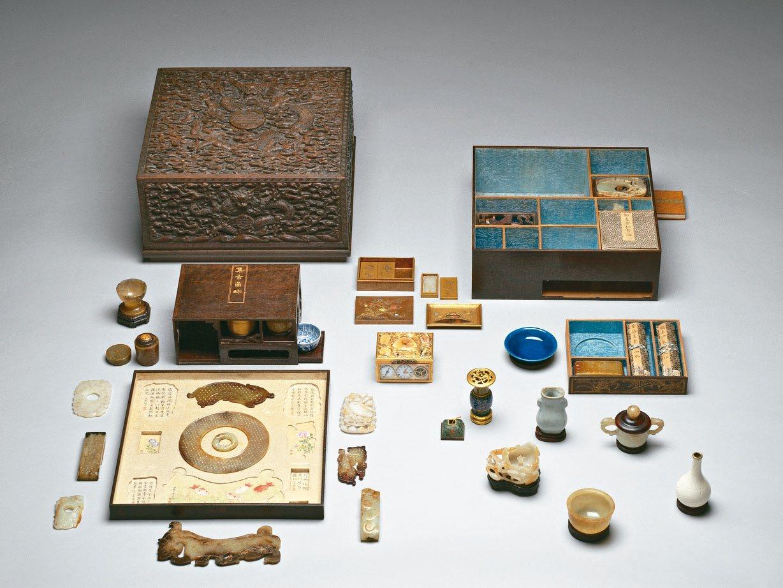 乾隆第一單元打開藏寶箱,雕紫檀蟠龍方盒百什件。 故宮/提供