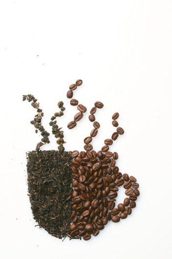 咖啡中的咖啡因會刺激交感神經,讓人心跳加速、亢奮、血壓上升等,讓人在短時間內保持...