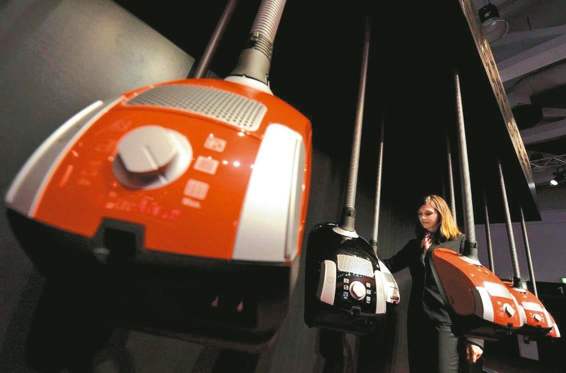 英國廣告將避免助長性別刻板印象,圖為電子展現場展示的吸塵器。 歐新社