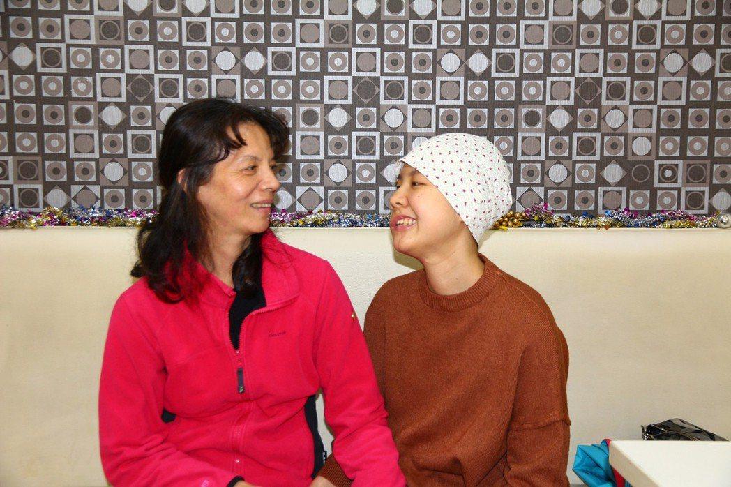 今年22歲的紀妍(右)19歲時罹患軟組織肉瘤癌,歷經開刀、化療等過程,靠著很多努...
