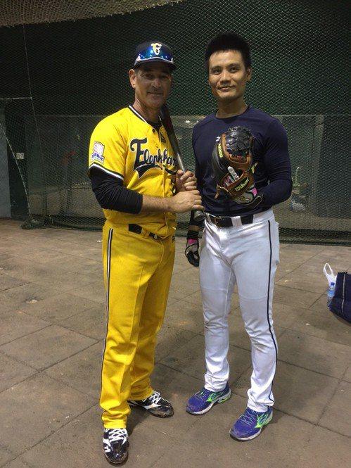 葛雷諾(左)用王勝偉的棒子打擊,賽後還回贈他手套,有傳承意味。 記者黃麗華/攝影