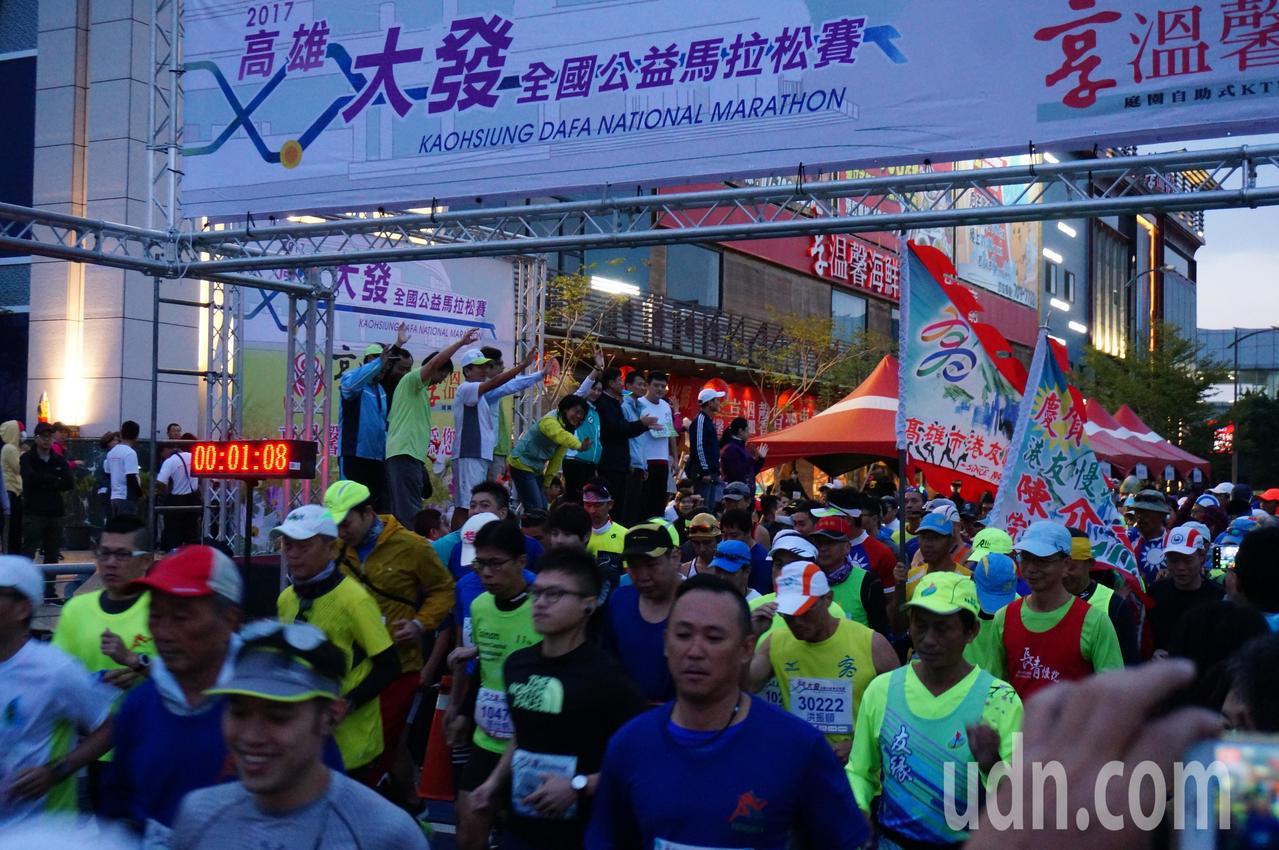 高雄大發全國公益馬拉松約3500人參賽。記者林伯驊/攝影