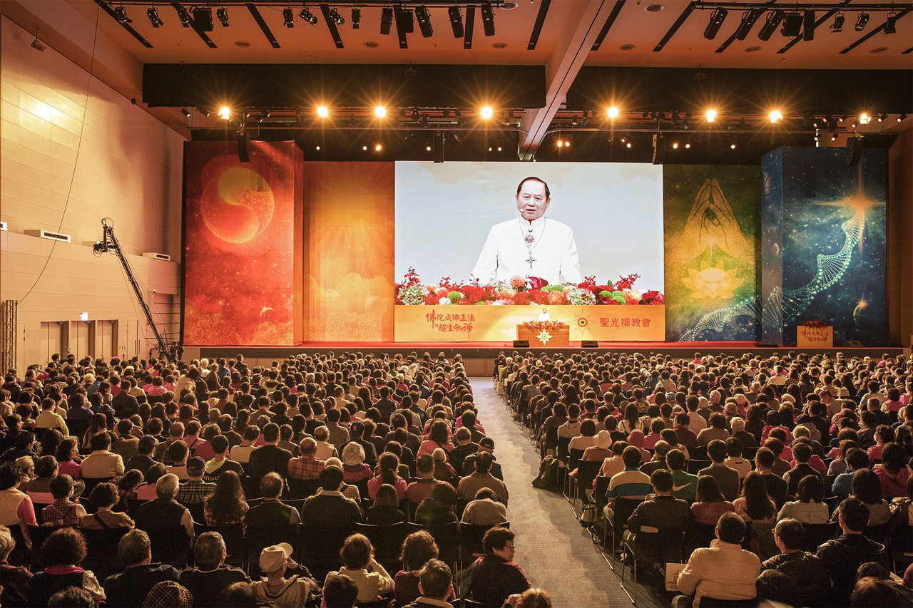 妙天禪師昨南下高雄舉辦公益演講會吸引4千多名信徒參與。記者謝梅芬/翻攝