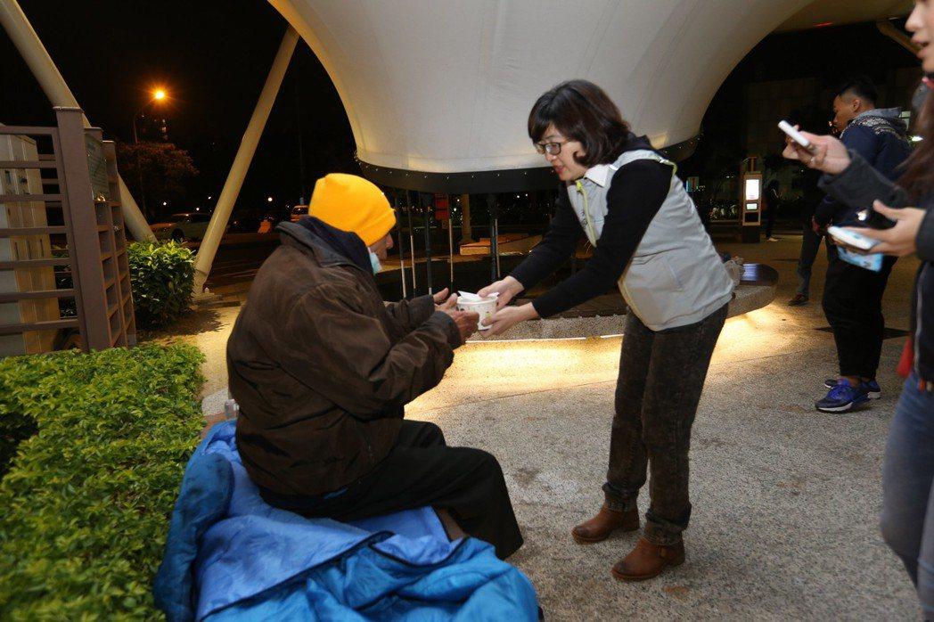 強烈冷氣團來襲,為照顧露宿在外弱勢街友,高雄市社會局長姚雨靜(右)從昨晚到今天凌...
