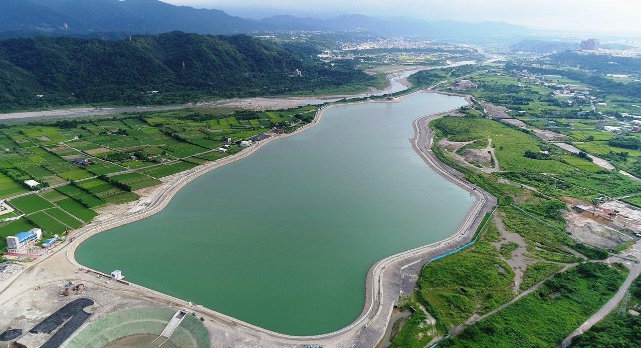 外觀彎曲像一把大提琴,國內首座應付原水濁度飆高容量505萬噸大型備援水池「中庄調...