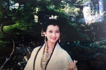 16日下午香港女星趙雅芝在微博貼出一張25年前的劇照。照片中的她正在台灣拍攝連續劇「新白娘子傳奇」,一身白素貞經典造型,氣質古典優雅,不過仔細看她舉起的手勢,卻是時下最流行的「手指比心」!趙雅芝在微...