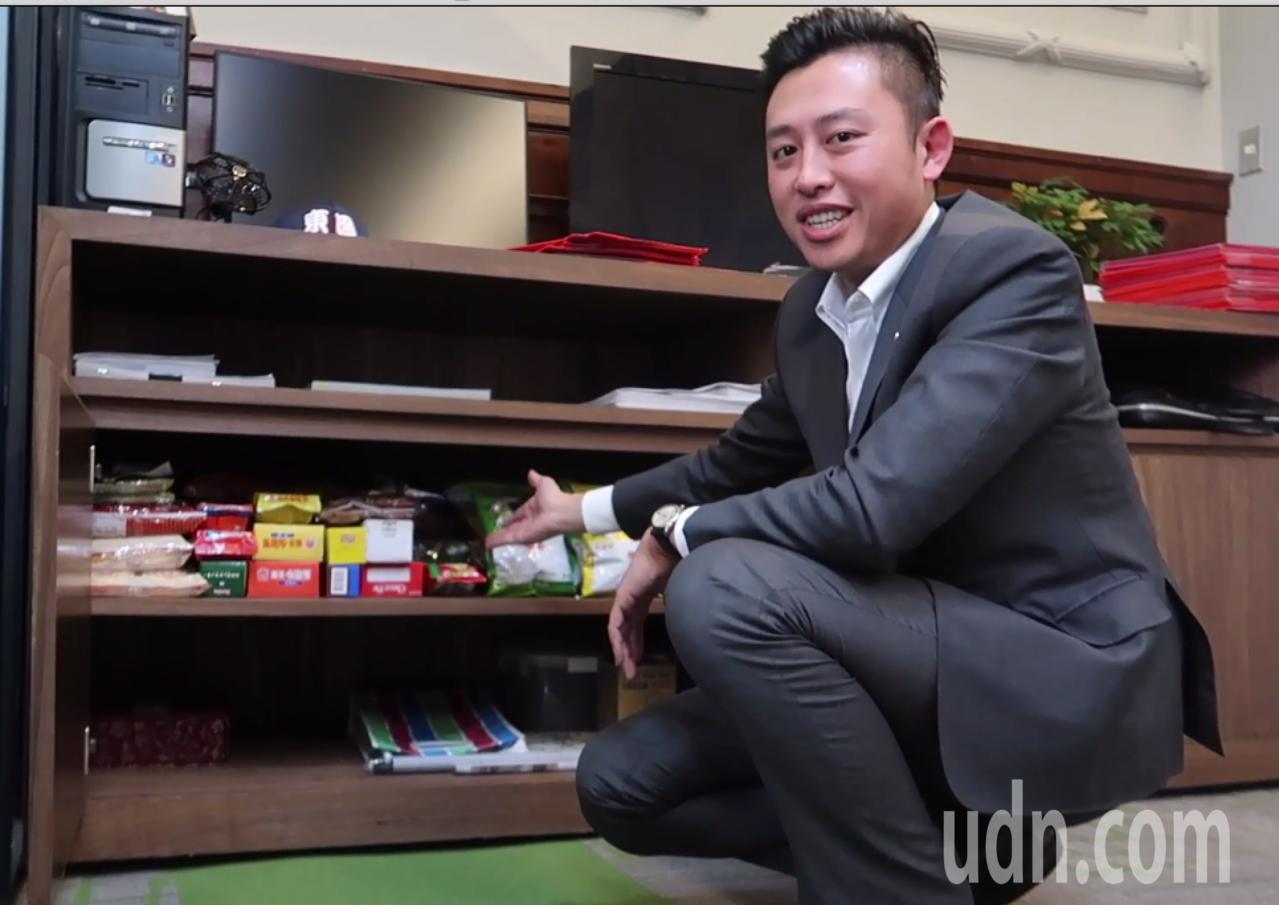 林智堅介紹他的零食櫃。記者郭宣彣/攝影