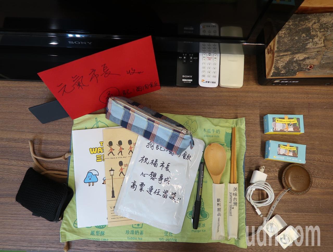 林智堅公事包內,攜帶的物品很簡單。記者郭宣彣/攝影
