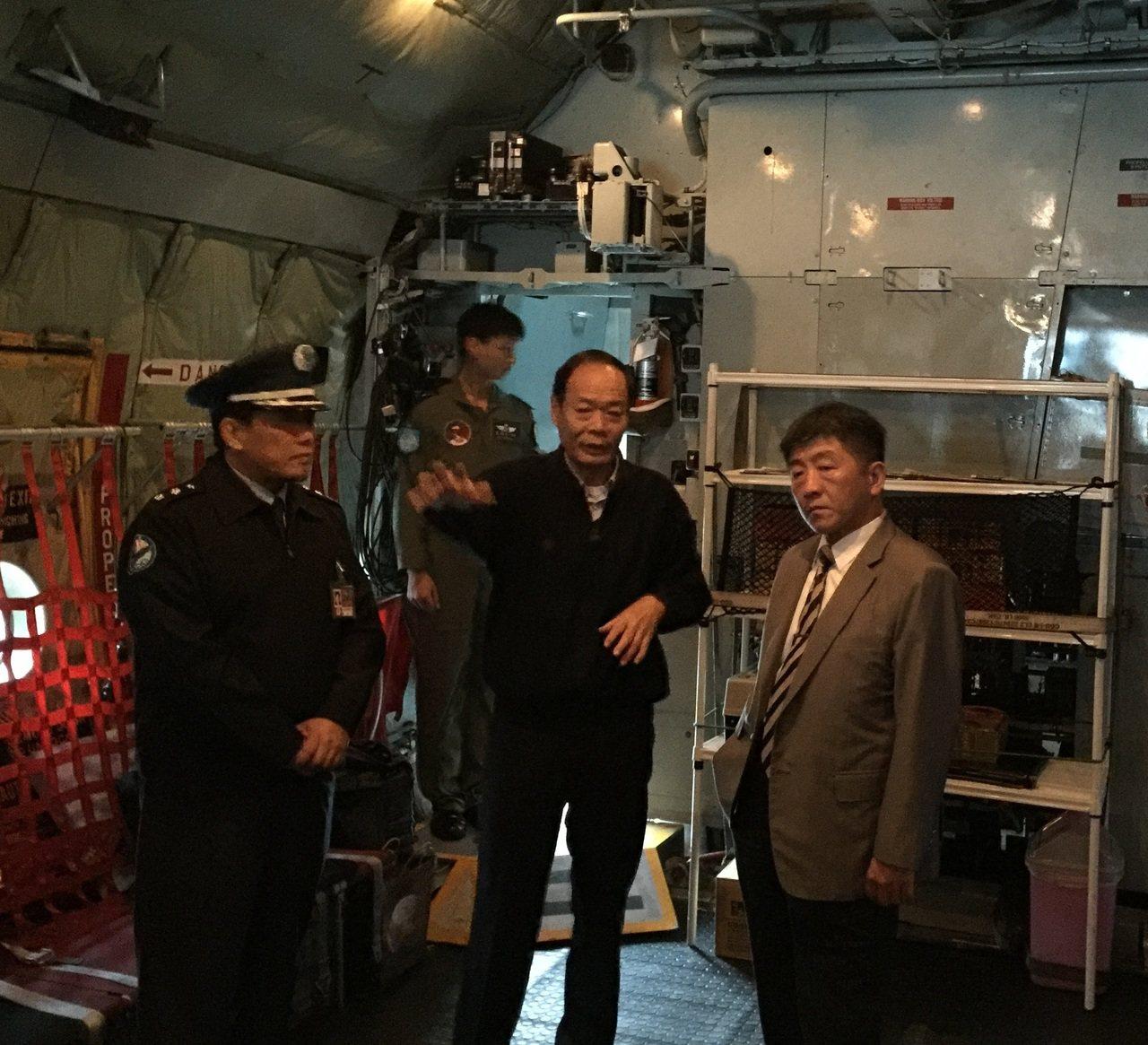 海巡署長李仲威(中)與衛福部部長陳時中(右)於C-130飛機研討救護維生系統配置...