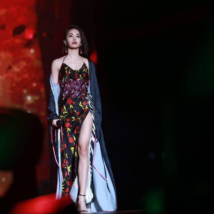 蔡依林表演時換穿attico印花洋裝外罩長袍。圖/摘自臉書