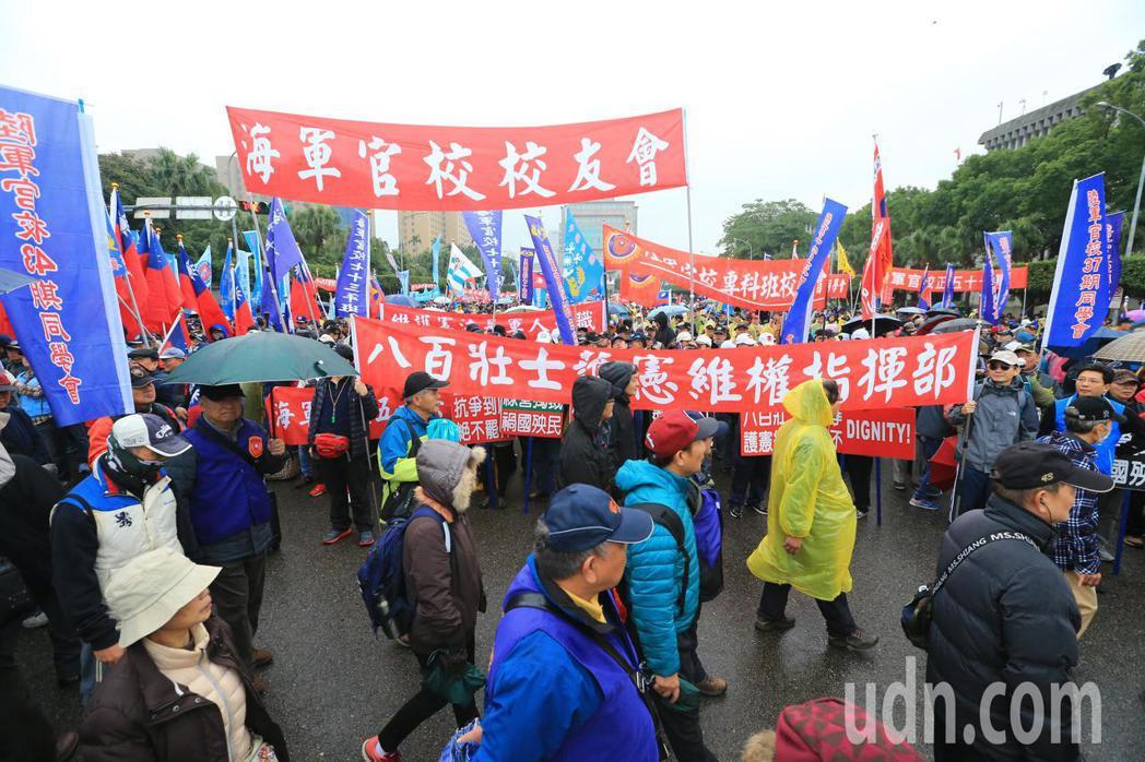 八百壯士下午在立法院前舉行慶祝中華民國「106年行憲紀念日暨八百壯士護憲維權30...