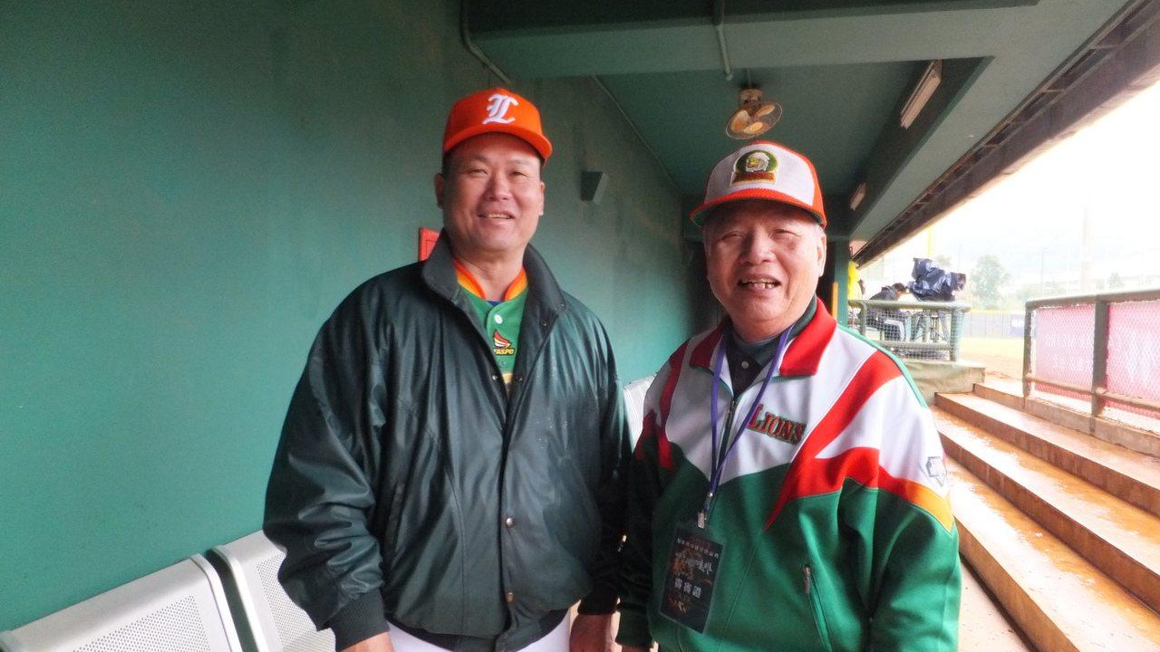 獅隊老領隊郭俊男(右)、陳政賢在職棒傳奇球星公益賽重聚,兩人笑得很開心。記者藍宗...