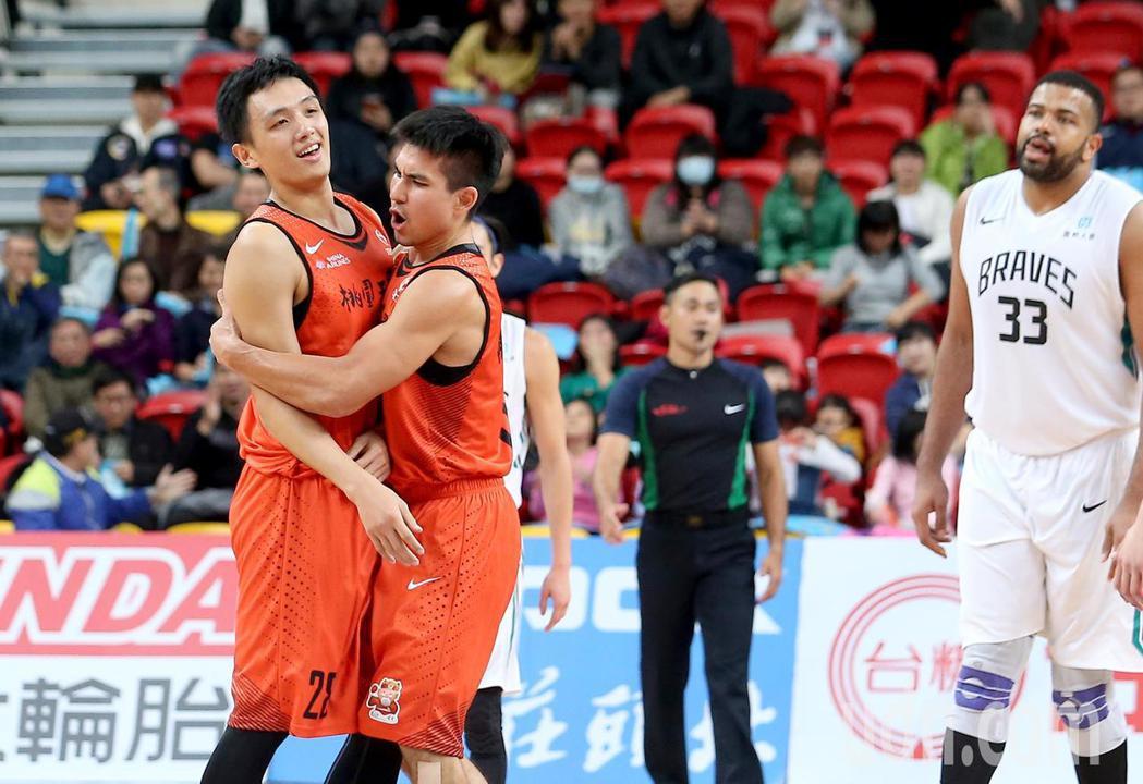 璞園施晉堯(左)在第四節決勝階段投進關鍵三分球,隊友陳堅恩(中)興奮地上前抱住他...