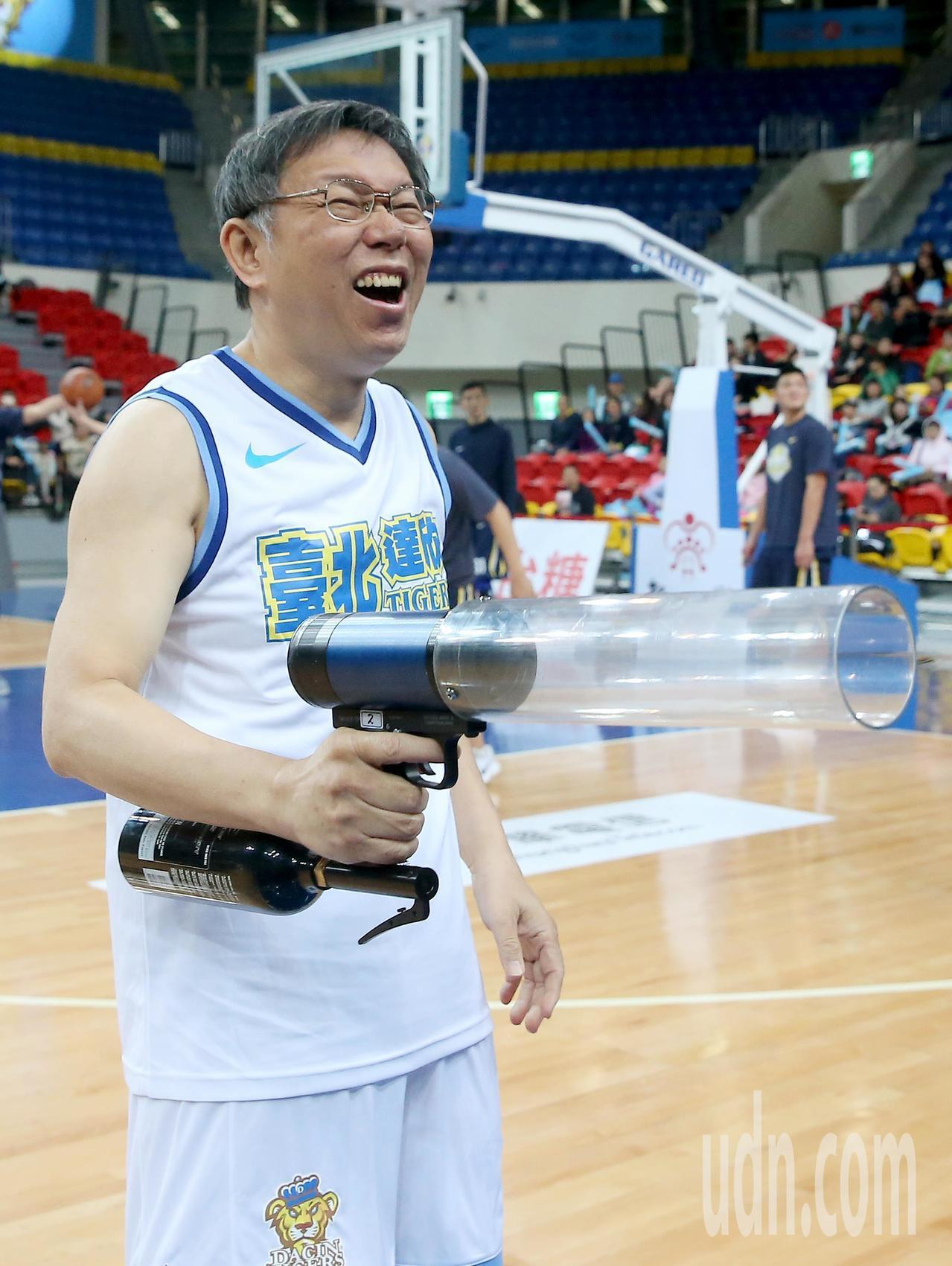 台北市長柯文哲為SBL達欣與金酒之戰開球,賽前並用氣槍發送禮物給球迷。記者余承翰...