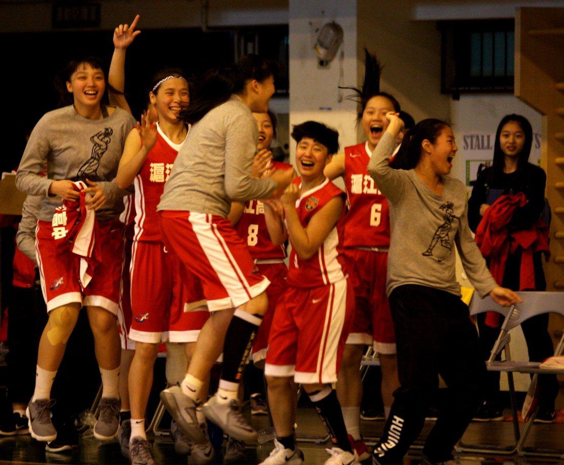 以1分差驚險獲勝,滬江高中全隊欣喜若狂。圖/高中體育總會提供