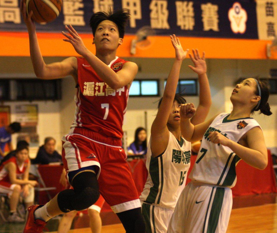 滬江高中蘇嘉嫻(左)攻下全場最高的31分,幫助球隊驚險拿下勝利。圖/高中體育總會...