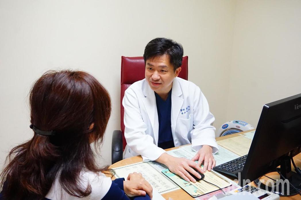 三總產科主任蘇河仰(右)建議,高齡懷孕者,必須注意孕期飲食、產前檢查以及分娩準備...