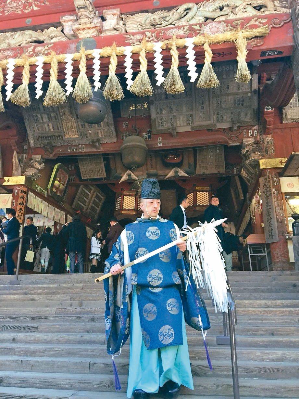 神社裡正巧遇見迎面而來、古代裝扮的祭司。 記者羅建怡/攝影